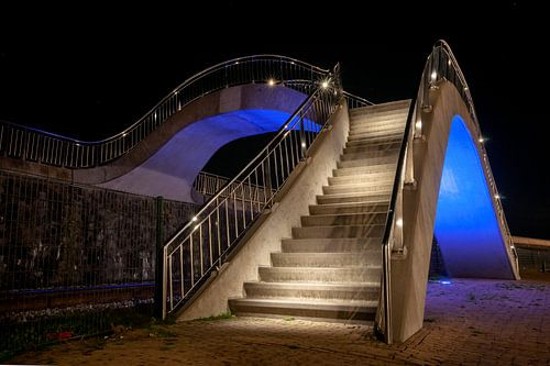 Verlichte brug over spoorrails voor voetgangers