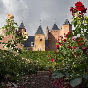 Zicht op Slot Assumburg vanuit de rozentuin