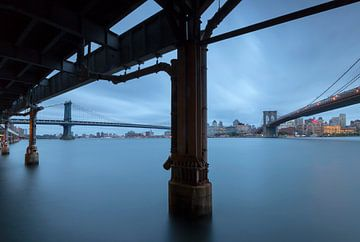 Manhattan en Brooklyn Bridge New York City van Marcel Kerdijk