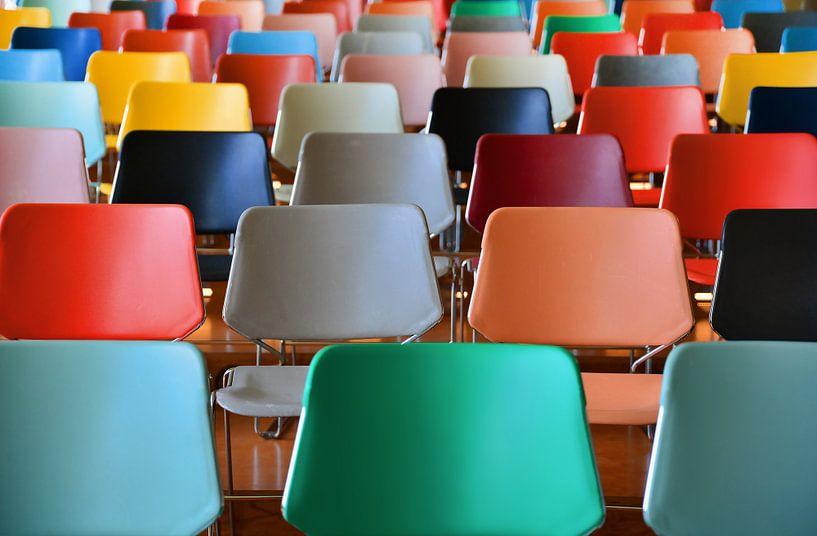 Kleurige stoelen Kunsthal Auditorium 1 van Wim Goedhart