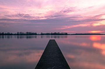 Pier met zonsondergang van