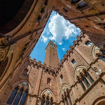 Torre del Mangia in het Italiaanse Siena von Jenco van Zalk