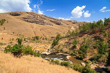 Rivier in het landschap van Madagaskar van Dennis van de Water