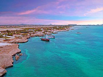 Vue aérienne d'Aruba dans la mer des Caraïbes au coucher du soleil sur Nisangha Masselink