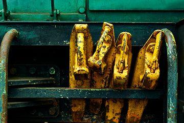 Wielblokken van en voor een oude trein om wegrollen te voorkomen van Jenco van Zalk
