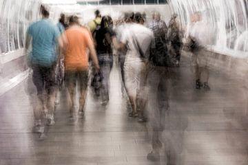 Mensen in de metro van Marijke de Leeuw - Gabriëlse