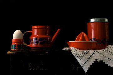 Bild eines Stilllebens mit orangem Retro-Zeug. von Therese Brals