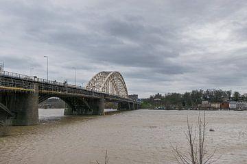 Waalbrug in Nijmegen met hoog water
