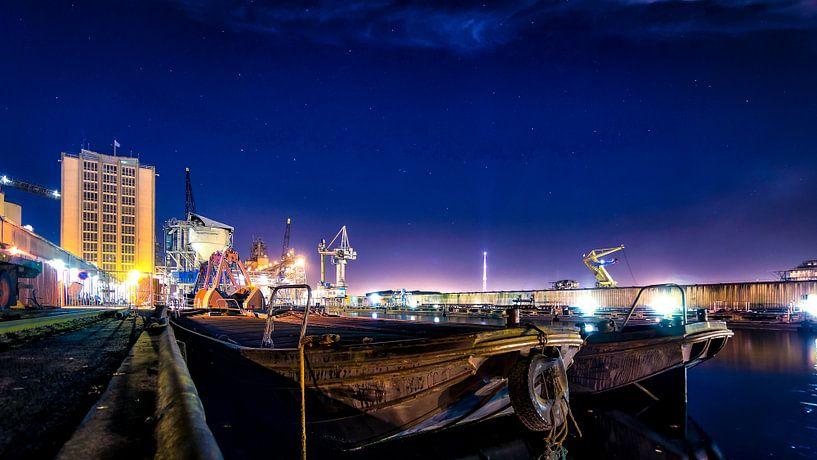 Westpoort bij nacht van Maarten Drupsteen