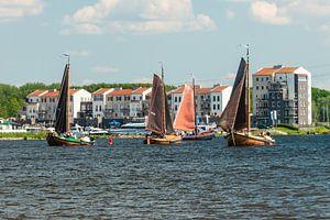 Botters voor de kust bij Spakenburg.