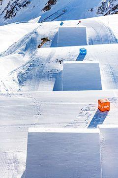 Snowboarder en drone vlak naast elkaar in de lucht van