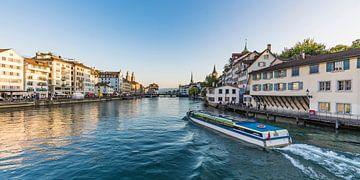 Excursieboot op de Limmat in Zürich van Werner Dieterich