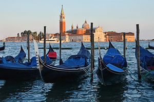 Gondels van Venetië tijdens zonsondergang