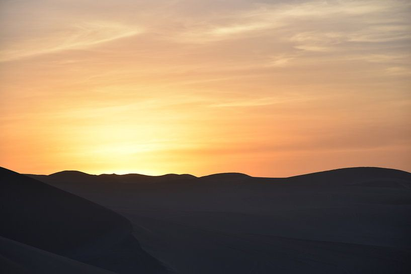 Zonsondergang in de woestijn. van Zarina Buckert