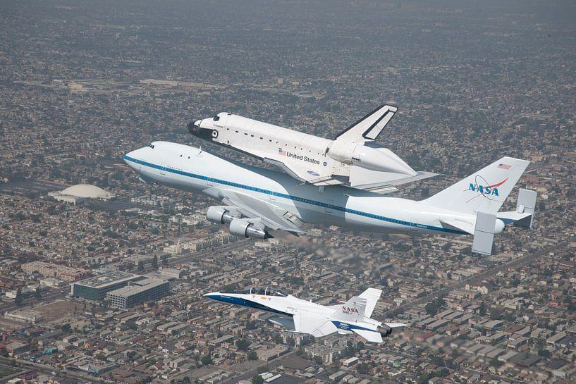 Spaceshuttle on Boeing above Kennedy Space center. van Brian Morgan