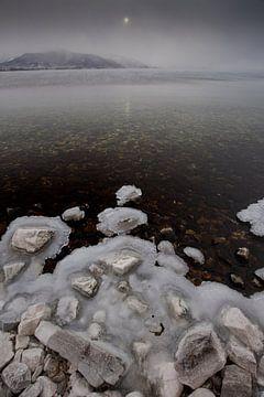 Stenen op bevroren meer baikal in water van Michael Semenov