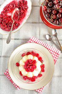 Een pudding met vers gekookte kersencompote staat op een bord van Edith Albuschat