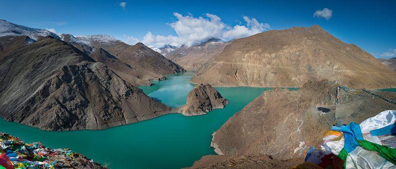 Panorama van het turquoise Yamdrok meer, Tibet van Rietje Bulthuis