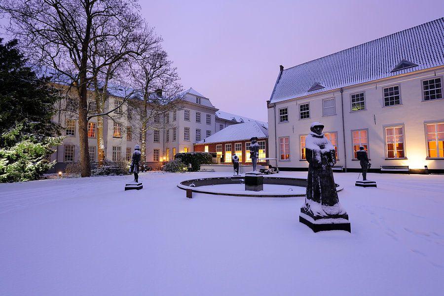 Beelden op  binnenplaats van Grand Hotel Karel V in Utrecht