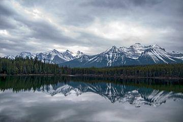 Bedrohliche Luft an einem See in Kanada von Corno van den Berg