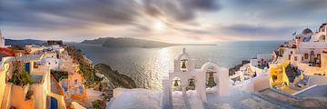 Klokkentoren in de plaats Oia (Thira) op Santorin in Griekenland van Fine Art Fotografie