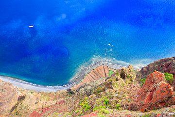 Schöne bunte Landschaft von oben an der Küste auf Insel Madeira in Portugal von Ben Schonewille