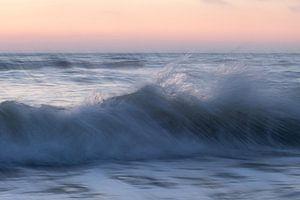Plätschernde Welle bei Sonnenuntergang von Yvonne van Leeuwen