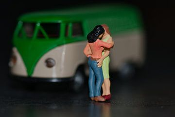 Liefde in het donker bij een busje door lesbische miniaturen. van JM de Jong-Jansen