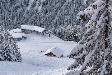 Skistation in den schneebedeckten Schweizer Alpen von Mike Maes