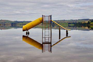Gelber Spielplatz des Waihola-Sees - Nachdenken - Neuseeland von Maurits Simons