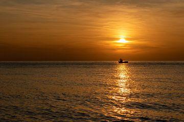 Segeln Sie bei Sonnenuntergang nach Hause zurück. von Alain Versluys