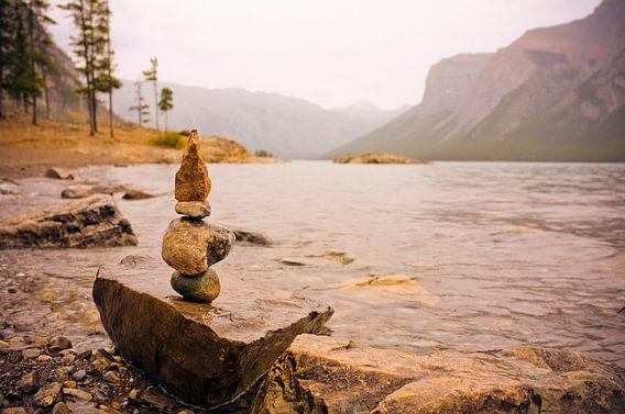 Stone Cairns at Lake Minnewanka van Jasper van der Meij