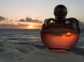 Close-up van een parfumflesje tijdens de zonsondergang op Bonaire van Alie Messink