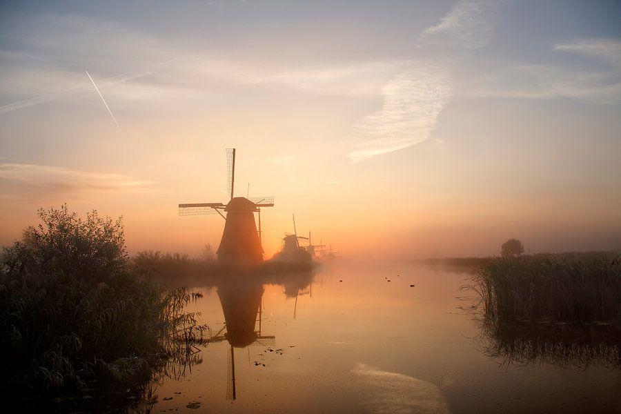 Kinderdijk in de vroege ochtend mist van Mark Leeman
