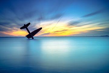 Atmosphärischer Sonnenuntergang über einem See mit langer Belichtung und ruhigem Wasser von Fotografiecor .nl