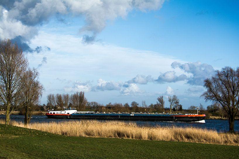 Hollandse rivier met binnenvaartschip van Ton de Koning