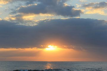 Indonesië: Zonsondergang 6 von Raoul van de Weg