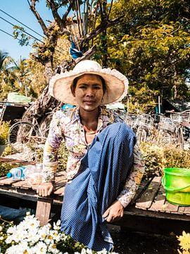 Portrait d'une femme birmane vendant des fleurs sur un marché près de Yangon (Rangoon), Myanmar (Bir sur Michiel Dros