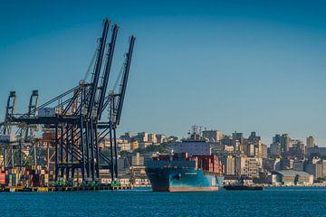 Porte-conteneurs arrivant à la ville portuaire de Salvador, Brésil sur