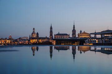 Reflectie van de oude stad van Dresden van Sergej Nickel