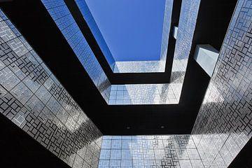 Opvallende architectuur met glanzende tegels en een blauwe hemel van Tony Vingerhoets