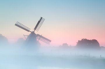 Windmill in the fog sur Olha Rohulya