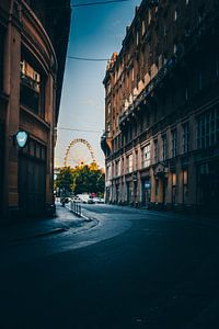 Budapest Eye, een straat in Boedapest met uitzicht op het reuzenrad van Fotos by Jan Wehnert
