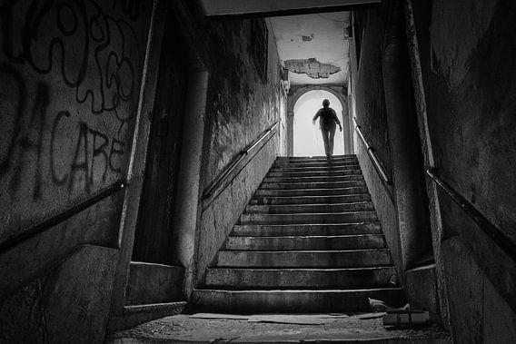 Silhouette van vrouw an het einde van de trap in een tunnel. Wout Kok One2expose van Wout Kok