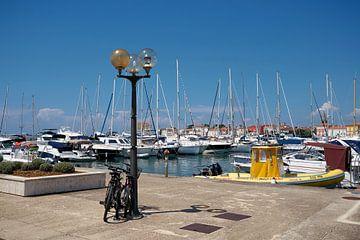 Haven van de historische romantische havenstad Porec aan de kust van de Adriatische Zee in Kroatië van Heiko Kueverling