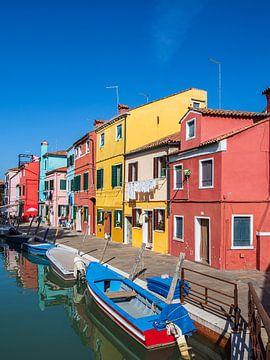 Bunte Gebäude auf der Insel Burano bei Venedig von Rico Ködder