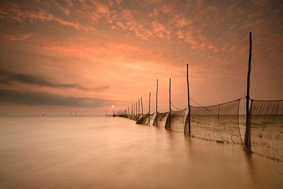 Visnetten Texel bij zonsopkomst van John Leeninga
