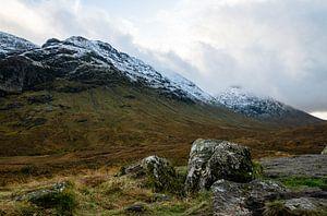 Schneebedeckte Gipfel in Schottland von Hans Verhulst