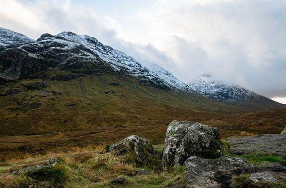 Besneeuwde bergtoppen in Schotland