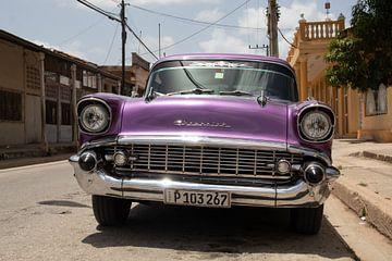 Lila Oldtimer in Kuba von Tom Hengst